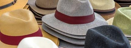 Många hattar för män i olika former och färger i en till salu skärm Royaltyfri Foto