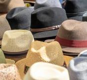 Många hattar för män i olika former och färger i en till salu skärm Royaltyfria Bilder