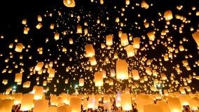 Många himmellyktor som svävar i den Loi Krathong festivalen av Chiang Mai Thailand 2014 lager videofilmer