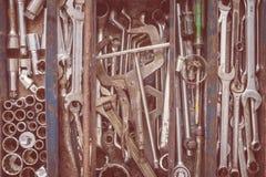Många hjälpmedel i lantlig rumstoolbox Tekniskt machanic till Royaltyfri Foto