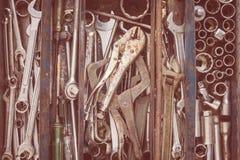 Många hjälpmedel i lantlig rumstoolbox Tekniskt machanic till Arkivfoto