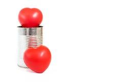 Många hjärtor i tenn- can på vit bakgrund, förälskelsebegrepp Arkivfoton