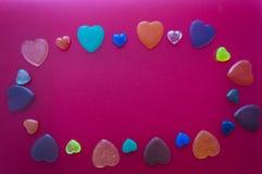 Många hjärtor på en mörk rosa bakgrund Postc för dag för valentin` s Royaltyfri Foto