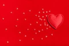 Många hjärtor på en röd bakgrund Royaltyfria Foton