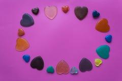 Många hjärtor på rosa färg-lilor bakgrund Postc för dag för valentin` s Royaltyfri Bild