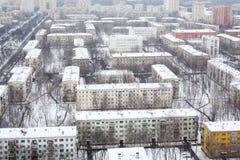 Många hus i bostads- område på vinterdagen i Moskva Arkivbild