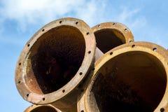 Många industriella gamla rostiga stålrör på himlen Royaltyfria Bilder