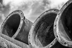 Många industriella gamla rostiga stålrör på himlen Fotografering för Bildbyråer
