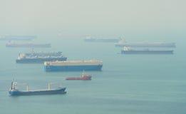 Många jättelika lastfartyg som ankras i en hamn Royaltyfria Bilder