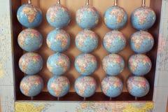 Många jordiska jordklot på väggen Royaltyfri Fotografi