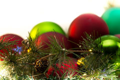 Många julbollar, grönt och rött, granen förgrena sig Arkivfoto