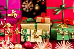 Många julklappar som grupperas av färg Royaltyfri Fotografi