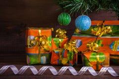 Många julklappar under trädet med garneringar och ribb Royaltyfria Bilder