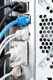 Många kablar och kontaktdon av datoren Arkivbild