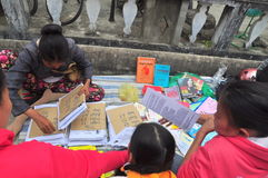 Många kinesiska böcker av horoskopet är till salu på treeten i det mån- nya året i Vietnam royaltyfri foto
