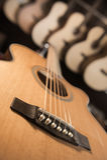 Många klassiska gitarrer som hänger på väggen i shoppa Arkivfoton
