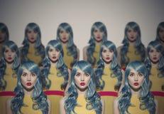 Många klon för glamourskönhetkvinna Identiskt folkmassabegrepp arkivfoto
