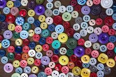 Många knappar av olika former och färger Arkivfoto