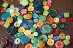 Många knappar av olika former och färger Arkivbild