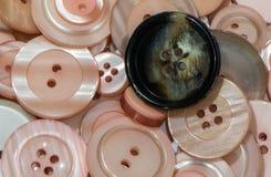 Många knappar för rosa färger och för en svart Royaltyfria Foton