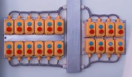 Många knappar som lokaliseras på väggen i en modern fabrik, närbild, kontrollbord, produktion arkivbilder