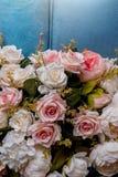 Många konstgjorda rosor som göras av tyg fotografering för bildbyråer