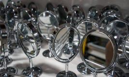 Många kosmetiska speglar för silver med den runda ramen och enkel ställningsnolla Royaltyfri Foto