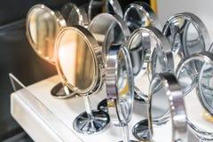 Många kosmetiska speglar för silver med den runda ramen och den enkla ställningen Royaltyfria Bilder