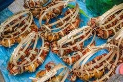 Många krabbor band med bambu som var till salu i morgonmarknaden fotografering för bildbyråer