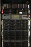 Många kraftiga serveror som kör i datorhallserveren, hyr rum Royaltyfri Fotografi