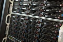 Många kraftiga serveror som kör i datorhallserveren, hyr rum Arkivbilder