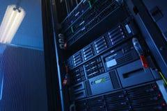 Många kraftiga serveror som kör i datorhallserveren, hyr rum Fotografering för Bildbyråer