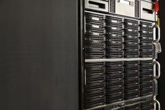Många kraftiga serveror som kör i datorhallserveren, hyr rum Arkivbild