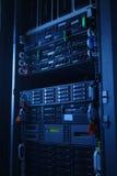 Många kraftiga serveror som kör i datorhallserveren, hyr rum Arkivfoton
