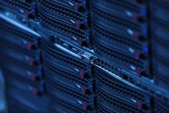 Många kraftiga serveror som kör i datorhallserveren, hyr rum Royaltyfri Bild