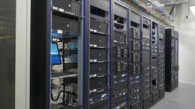 Många kraftiga serveror som kör i datorhallserveren, hyr rum Många serveror i en datorhall Många kuggar med serveror Royaltyfri Fotografi