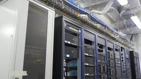 Många kraftiga serveror som kör i datorhallserveren, hyr rum Många serveror i en datorhall Många kuggar med serveror Arkivbilder