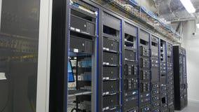 Många kraftiga serveror som kör i datorhallserveren, hyr rum Många serveror i en datorhall Många kuggar med serveror Royaltyfri Foto