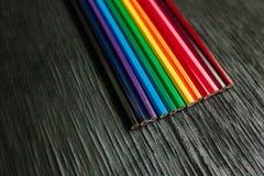Många kulöra blyertspennor på en svart bakgrund nya blyertspennor Royaltyfria Foton