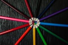 Många kulöra blyertspennor på en svart bakgrund nya blyertspennor Fotografering för Bildbyråer