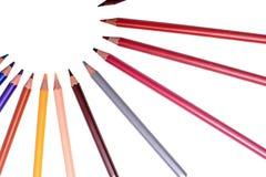 Många kulöra blyertspennor som isoleras på vit bakgrund, ställe för text Royaltyfri Fotografi