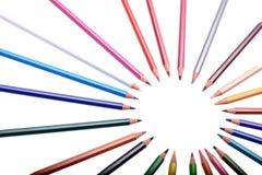 Många kulöra blyertspennor som isoleras på vit bakgrund, ställe för text Arkivbilder