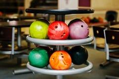 Många kulöra bollar för att bowla på tabellen som ska lagras arkivbilder