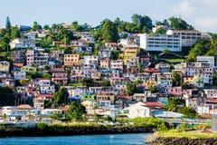 Många kulöra hem up kullen på Martinique arkivfoto
