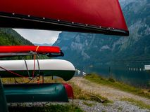 Många kulöra kanoter som lagras på ett hyra ställe på en schweizisk bergsjö royaltyfri foto
