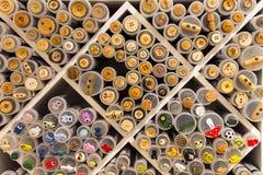 Många kulöra knappar i utställning i Norge Arkivbild