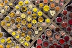 Många kulöra knappar i utställning i Norge Arkivfoton