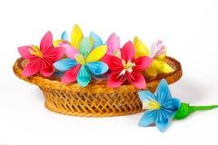 Många kulöra pappers- blommor i korgen Royaltyfria Foton