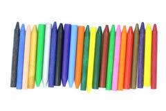 Många kulöra vaxfärgpennor stänger sig upp, vaxar färgpennor för att dra, skolatillförsel, vaxfärgpennor för konstnären arkivfoton