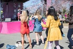 Många kvinnor dansar på festivaler arkivfoton